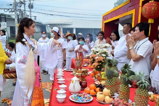"""""""ม้าทรง"""" ผู้เป็นตัวแทนเหล่าเทพเจ้าของจีน รับน้ำชาและให้พรแก่ผู้เข้าร่วมพิธี"""
