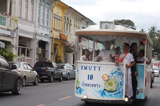 เทศบาลนครภูเก็ตเปิดเดินรถรางชมเมืองช่วงประเพณีถือศีลกินผักประจำปี 2558 ระหว่างวันที่ 15 – 21 ตุลาคม นี้ เพื่อส่งเสริมการท่องเที่ยวย่านเมืองเก่าภูเก็ต