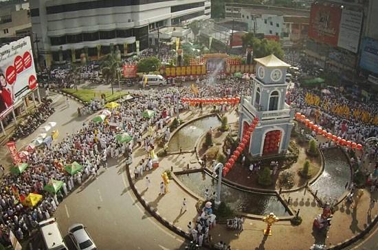ชาวภูเก็ต นักท่องเที่ยว ทั้งชาวไทยและชาวต่างชาติ ร่วมพิธีแห่พระวันสุดท้าย 190 ปีงานประเพณีถือศีลกินผักจังหวัดภูเก็ต ประจำปี 2558 คึกคัก ส่วนปีหน้า ตรงกับวันที่ 1-9 ต.ค.2559