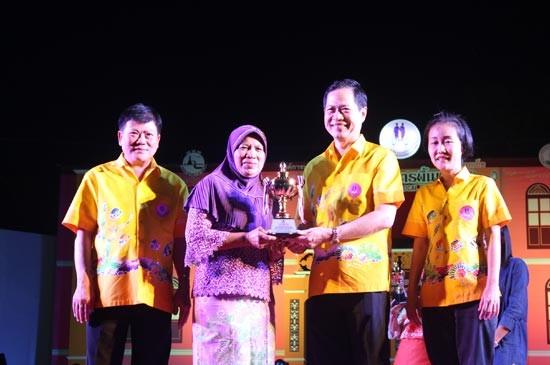 อบจ.ภูเก็ต มอบรางวัลการแข่งขันทำน้ำชุบหยำ ในงานเทศกาลอาหารพื้นเมืองของดีชาวภูเก็ต ครั้งที่ 8