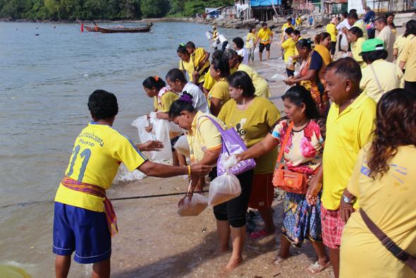ชาวรัษฎา ร่วมกิจกรรมปล่อยพันธุ์ปลา-กุ้ง ฟื้นฟูทรัพยากรทะเล