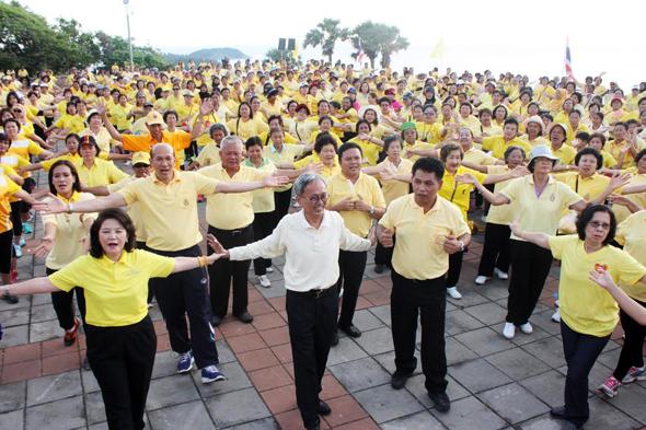 ชาวภูเก็ตร่วมเต้น Line Dance รวมใจภักดิ์ คนรักออกกำลังกาย