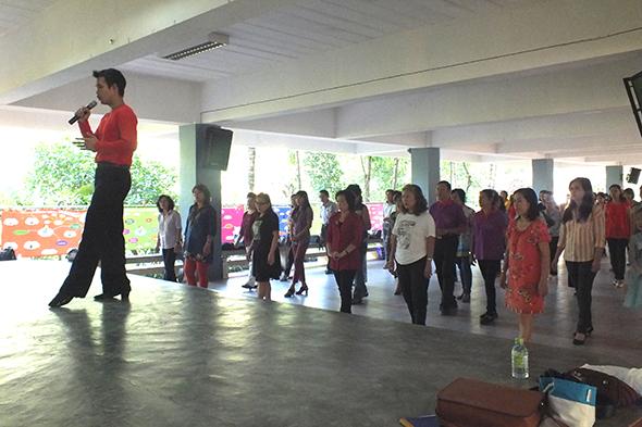 ชมรมคนรักเพลงและลีลาศภูเก็ต เปิดสอนหลักสูตรการเต้นลีลาศ ณ ร.ร.วิทยาสาธิต มีผลตอบรับเกินเป้าเริ่มเรียน 1 ก.พ. 58 – 12 ก.ค 58 นี้