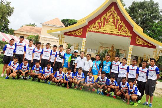 ทัพนักเตะเยาวชนทีมชาติไทย สักการะพระพุทธอุดมวัฒนมงคล