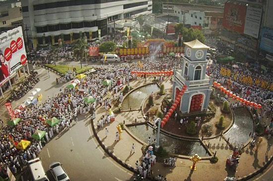 ชาวภูเก็ต นักท่องเที่ยว ทั้งชาวไทยและชาวต่างชาติ ร่วมพิธีแห่พระวันสุดท้าย