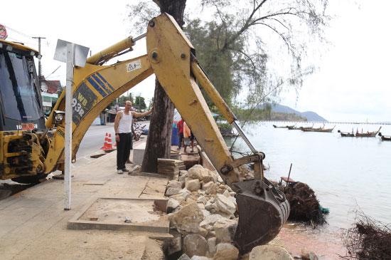 เทศบาลตำบลราไวย์นำหินทำกำแพงแก้ปัญหาน้ำทะเลกัดเซาะ
