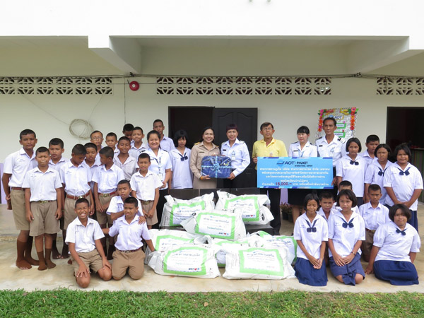 ท่าอากาศยานภูเก็ต มอบเงินสนับสนุนโครงการอาหารกลางวัน โรงเรียนบ้านไม้ขาว