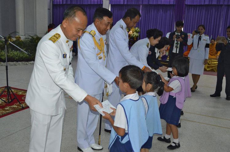 พัฒนาชุมชนจังหวัดภูเก็ตจัดพิธีทอดผ้าป่าสมทบกองทุนพัฒนาเด็กชนบทในพระราชูปถัมภ์สมเด็จพระเทพรัตนราชสุดาฯ สยามบรมราชกุมารีเพื่อ ดำเนินการช่วยเหลือและสนับสนุนกิจกรรมแก่เด็กที่ยากจนและขาดแคลนในจังหวัดภูเก็ต