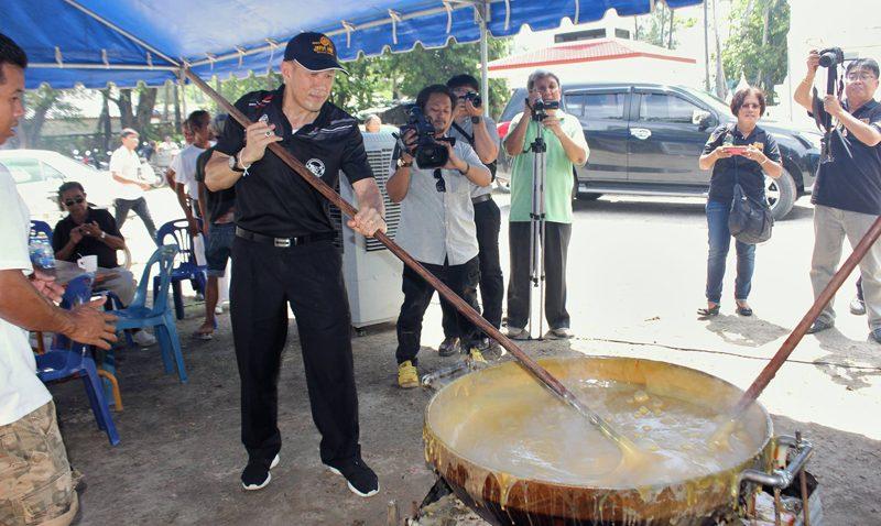 """เทศบาลราไวย์จัดงานสืบสานขนมไทย """"กาละแม"""" ราไวย์ ประจำปี 2560"""
