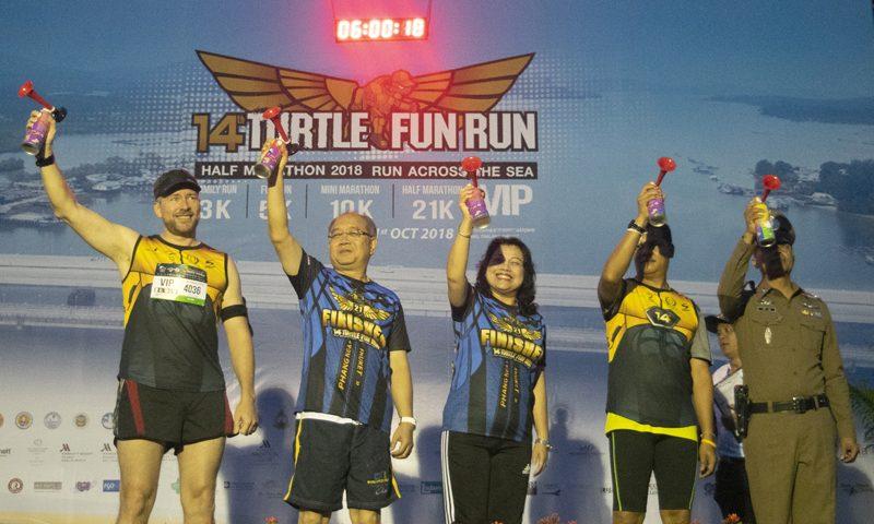 """นักวิ่ง 4500 คนร่วมงานวิ่งการกุศลประจำปี """"วิ่งสนุกอนุรักษ์เต่าทะเลและวิ่งฮาล์ฟมาราธอน ครั้งที่ 14"""""""