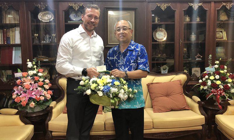 ผู้จัดการทั่วไปโรงแรมเจดับเบิ้ลยู แมริออท ภูเก็ต มอบกระเช้าดอกไม้แสดงความยินดีแก่ผู้ว่าฯภูเก็ตคนใหม่