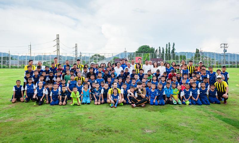 """แสนสิริมอบประสบการณ์เยาวชนภูเก็ตกระทบไหล่นักฟุตบอลทีมชาติ ในโครงการ """"แสนสิริ อะคาเดมี่"""""""