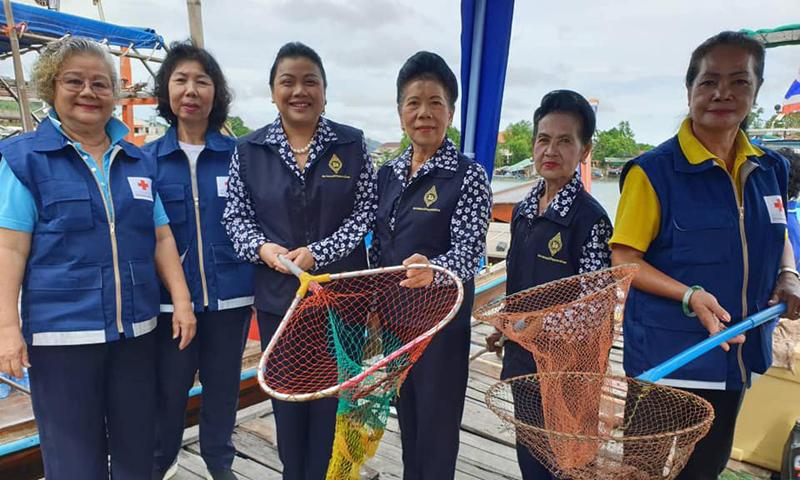 กลุ่มประมงพื้นบ้านตำบลรัษฎา ร่วมกัน จัดกิจกรรมเก็บขยะในทะเลบริเวณคลองท่าจีน