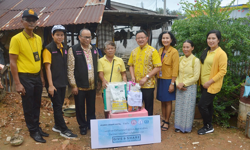 รองผู้ว่าราชการจังหวัดภูเก็ตลงพื้นที่ชุมชนกิ่งแก้วมอบข้าวสารช่วยครอบครัวประสบปัญหาทางสังคม