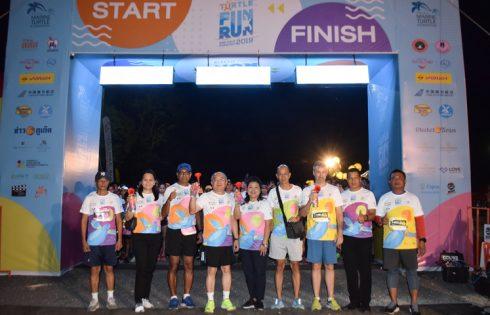 """ผู้ว่าฯภูเก็ต พร้อมนักวิ่ง 4000 คน ร่วมงานวิ่ง """"วิ่งสนุกอนุรักษ์เต่าทะเลและฮาล์ฟมาราธอน ครั้งที่ 15"""""""