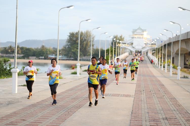 """ผู้ว่าราชการจังหวัดภูเก็ต พร้อมนักวิ่ง 4000 คน ร่วมงานวิ่งการกุศลประจำปี ณ ประตูเมือง จังหวัดภูเก็ต """"วิ่งสนุกอนุรักษ์เต่าทะเลและฮาล์ฟมาราธอน ครั้งที่ 15"""""""