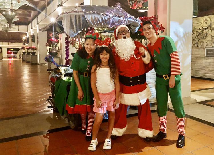 ซานตาคลอส และเอลป์ ปรากฏกาย มอบของขวัญให้กับเด็กดี ในช่วงเทศกาลคริสมาสต์ ณ โรงแรม เจดับเบิ้ลยู แมริออท ภูเก็ต รีสอร์ท แอนด์ สปา